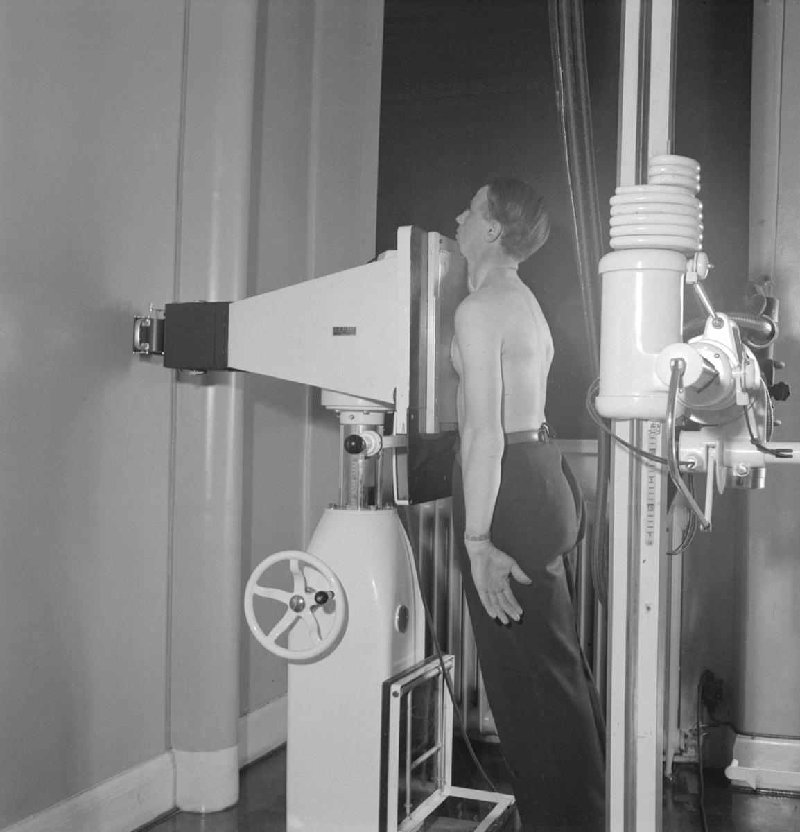 Motiv från den så kallade Centraldispensären i Linköping. Dispensär var förr en inrättning där läkareråd gavs och läkemedel utdelades gratis åt sådana patienter som ej kunde eller ej behövde vårdas på sjukhus eller vårdanstalt. Dispensärer inrättades i synnerhet för bekämpande av tuberkulos. Dispensärerna förlades ofta i anslutning till provinsialläkarmottagningarna.