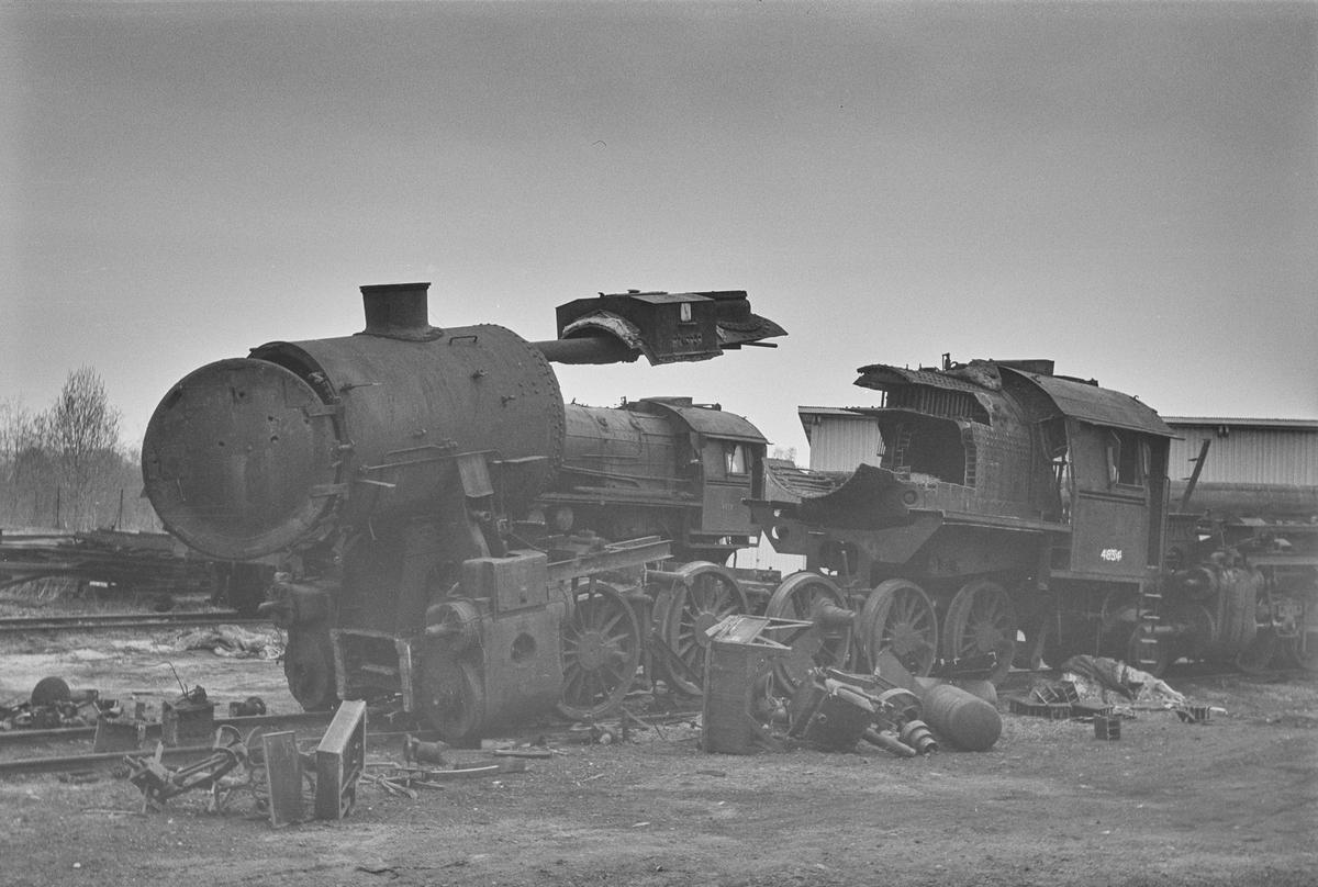 Damplokomotiv type 63a nr. 4834, nærmest, og type 63a nr. 6412 under opphugging.