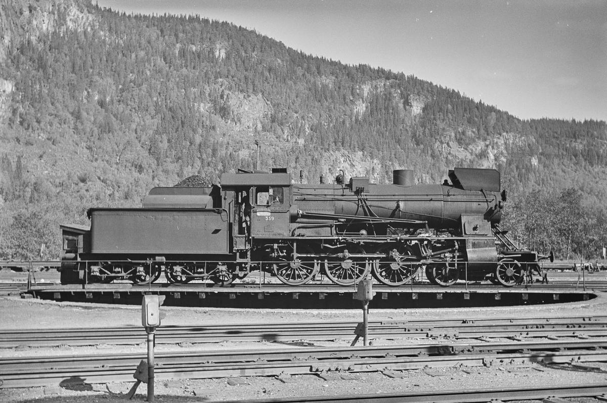 Damplokomotiv type 30b nr. 359 på svingskiven på Støren stasjon.