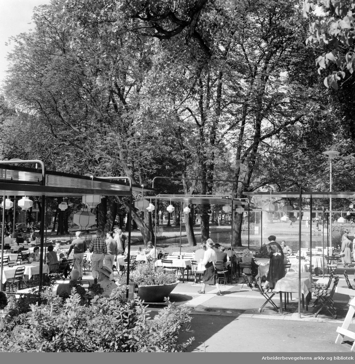 Studenterlunden. Kafegjester og fontenen. August 1957