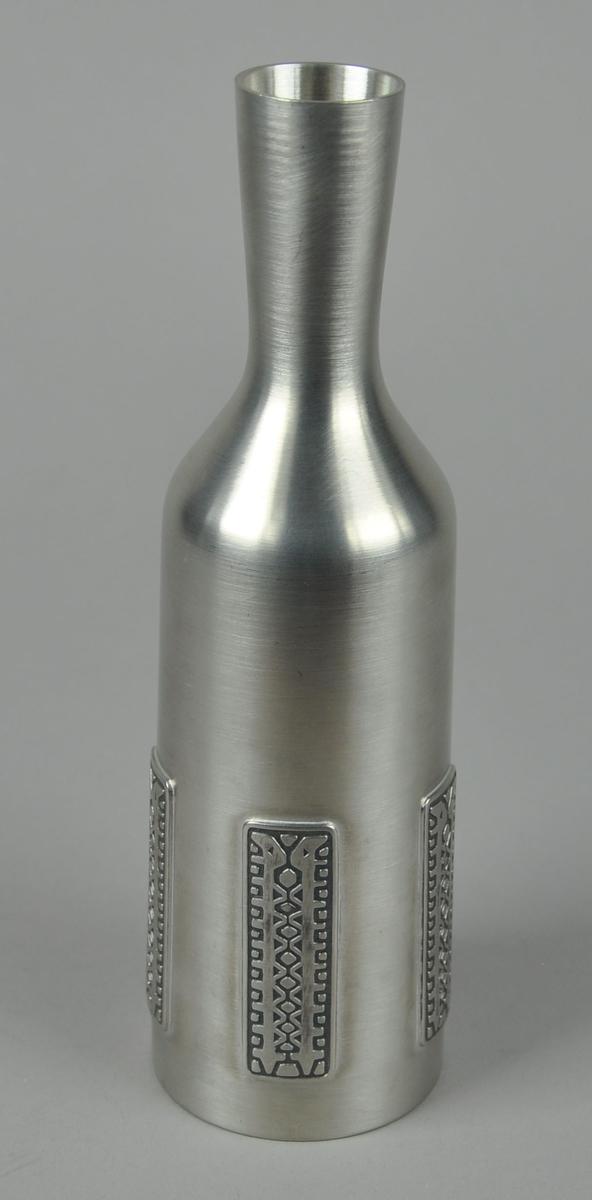Flaskeformet vase med fem dekorelementer.