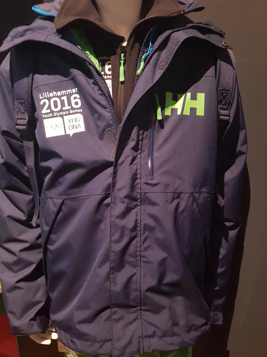 fa9c4b55 Mørkeblå jakke med elementer fra designprogrammet for Ungdoms-OL på  Lillehammer 2016 nederst på ryggen