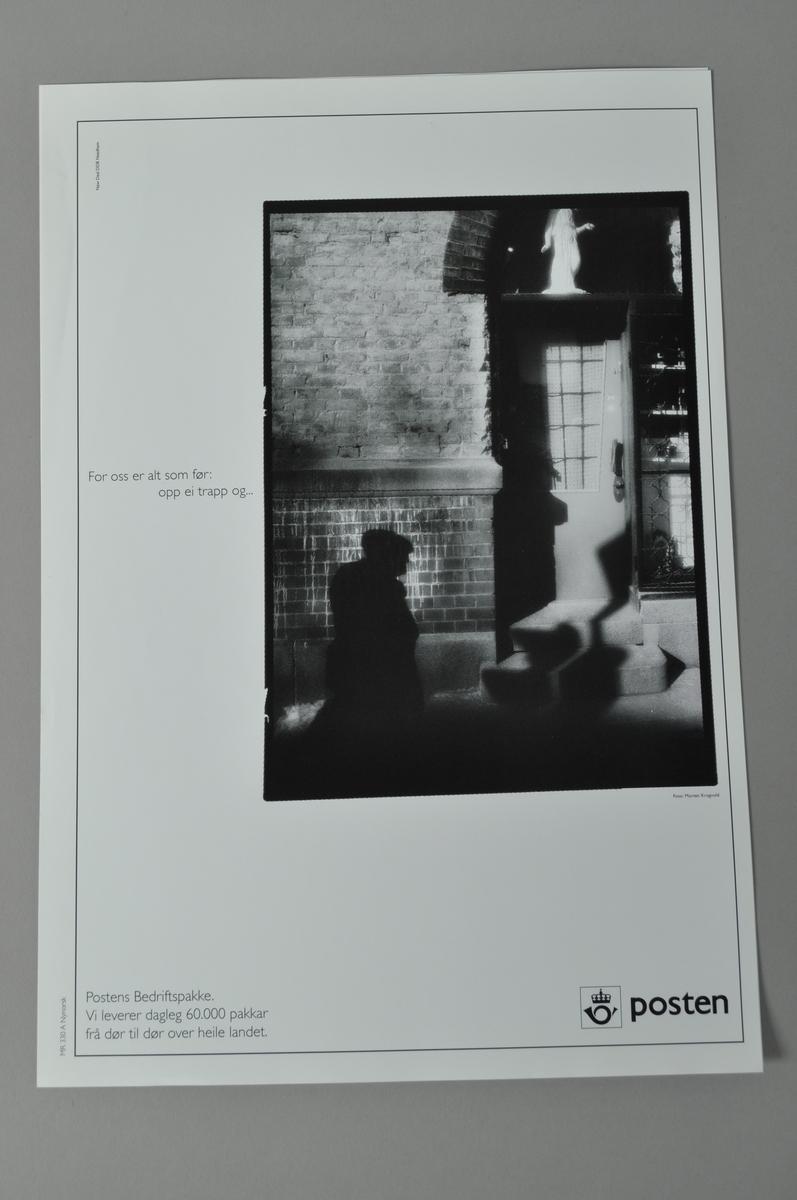 Rektangulær plakat med bilde (uklart).