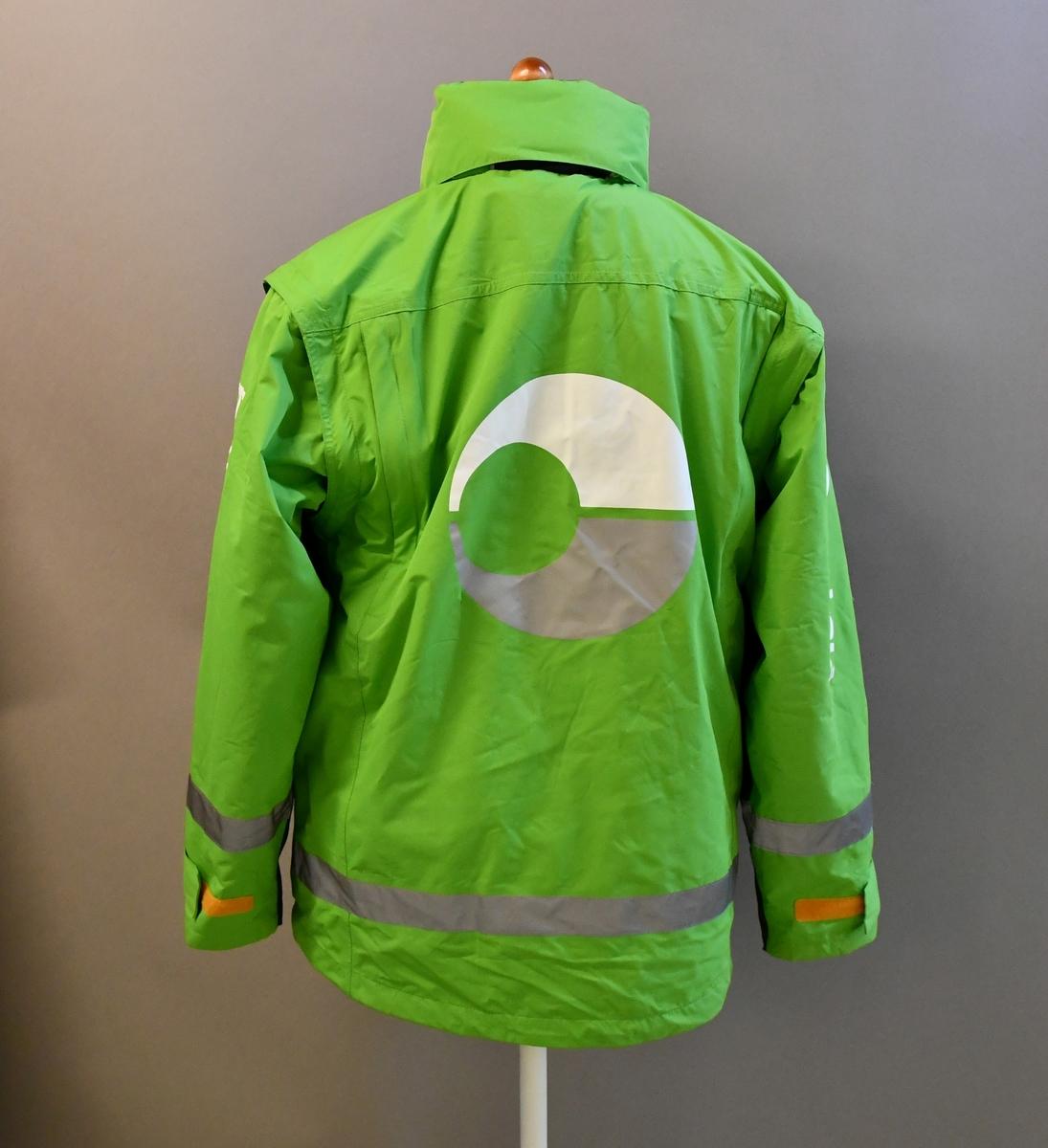 Grønn uniformsjakke med tekst og Bringemblem. Med hette og avtagbart for. Med 4 lommer og mobillomme. Refleksbånd i livet og på ermene.  Størrelse S