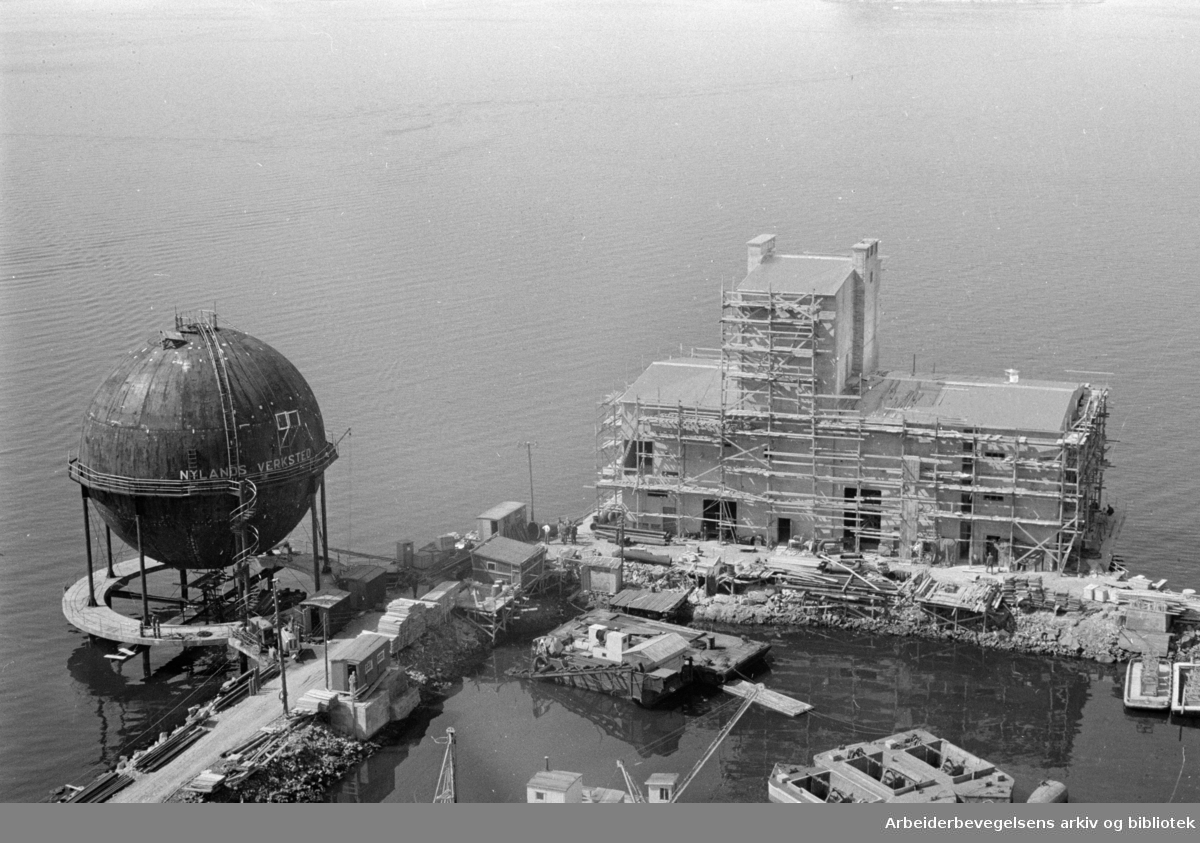 Sjursøya: Gassverket.Gassbeholderen, spaltingsanlegget og bensinbeholderen.Juli 1963