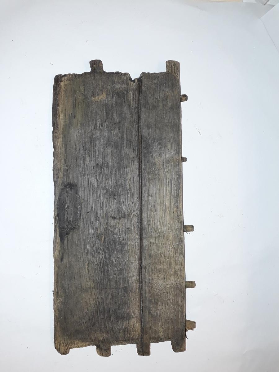 Kompass bärgad från Älvsnabbenvraket. Ett av de äldsta kända kompasserna från handelsskepp från tidigt 1700-tal. Ytterlåda, sida.  Del 2b och 2d utgör två motstående sidor med märken efter kardanupphängningens axelbeslag i överkant. Det ena beslaget påfanns nedfallet mellan lådorna (3c), det andra saknades.