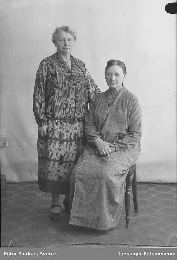 Portrett av to kvinner. den ene heter Helene kongshaug den andre er hennes søster navn ukjent