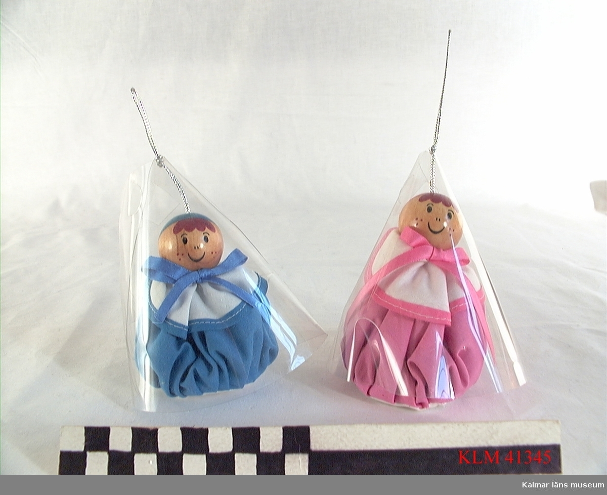 KLM 41345 Luktpåse, 2 st, textil, trä. Utformad som en docka med kropp av en tygpåse fylld med luktmedel (ev lavendel), huvud av en målad träkula. En rosa hängde i Stina Wimmerströms garderob och en blå hängde i maken Bert Knutströms garderob.