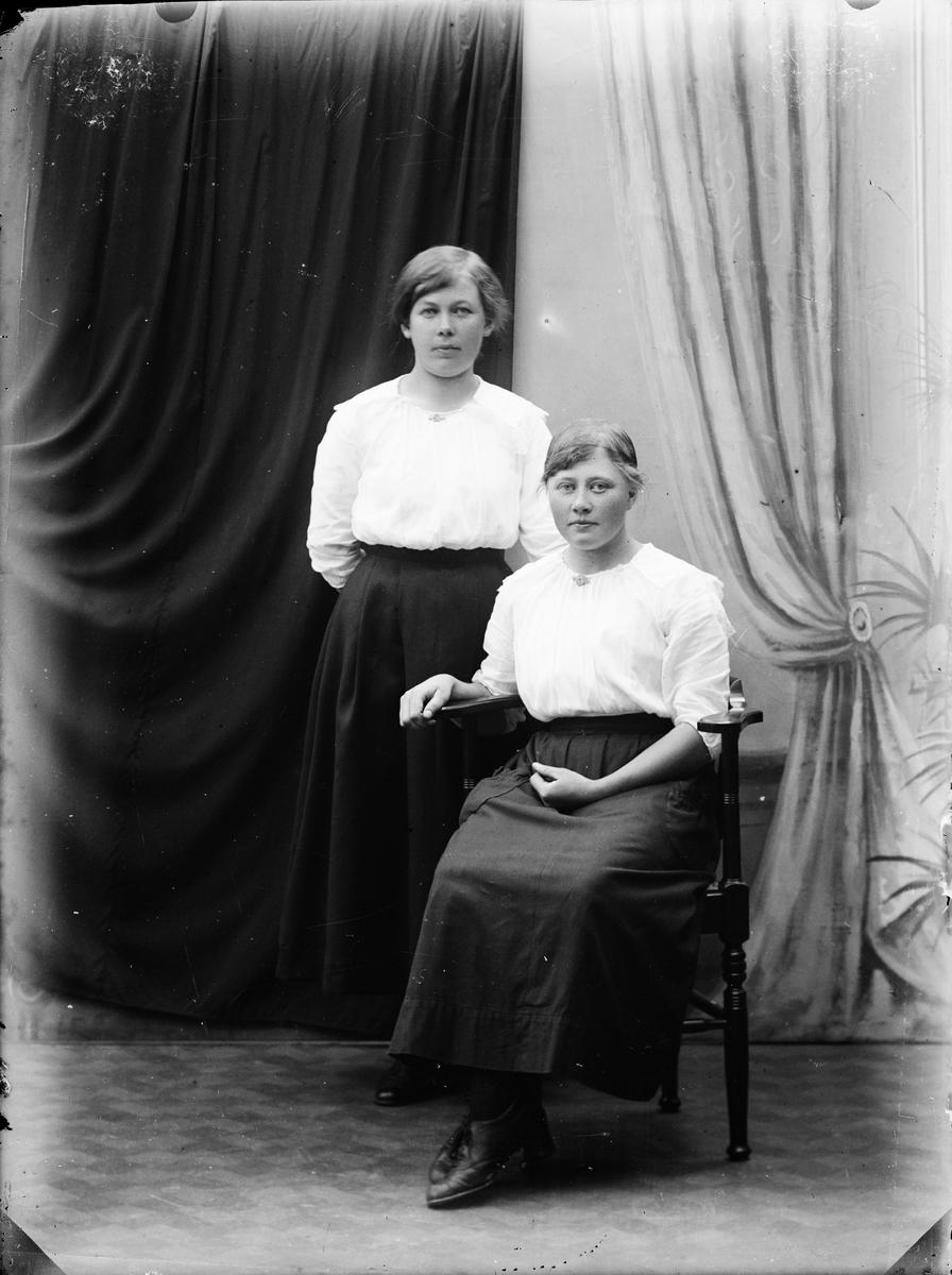 Ateljéporträtt - två unga kvinnor, Alunda, Uppland