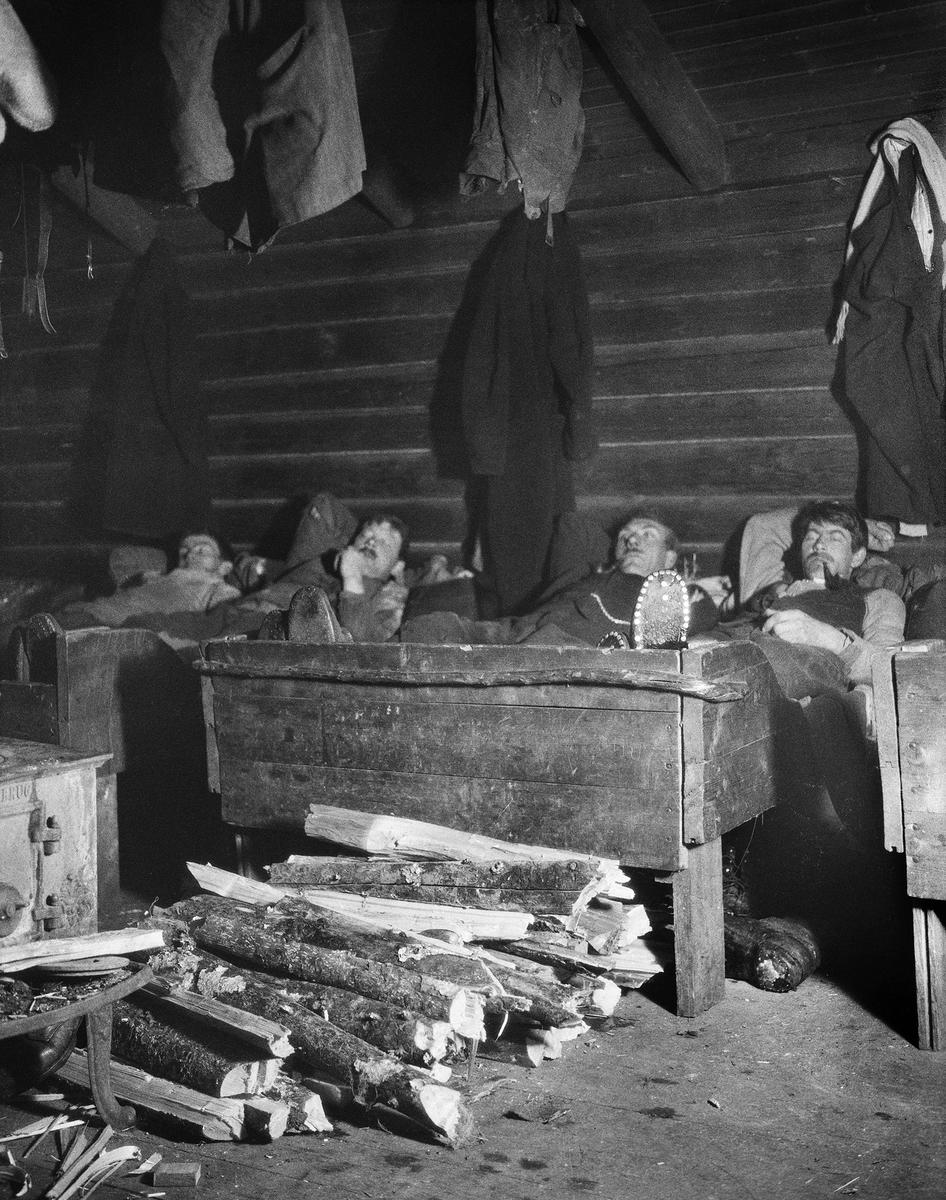 Uke 3: En velfortjent hvil i koia! Ukas bilde viser et fotografi som er tatt i forbindelse med Johan Sønnik Andersens undersøkelse av skogshytter og skogarbeidernes levevilkår. Bildet er tatt i 1931. (Foto/Photo)