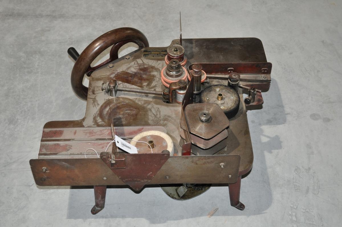 Manuell brevstemplingsmaskin. Gir avtrykk av sted og dato.