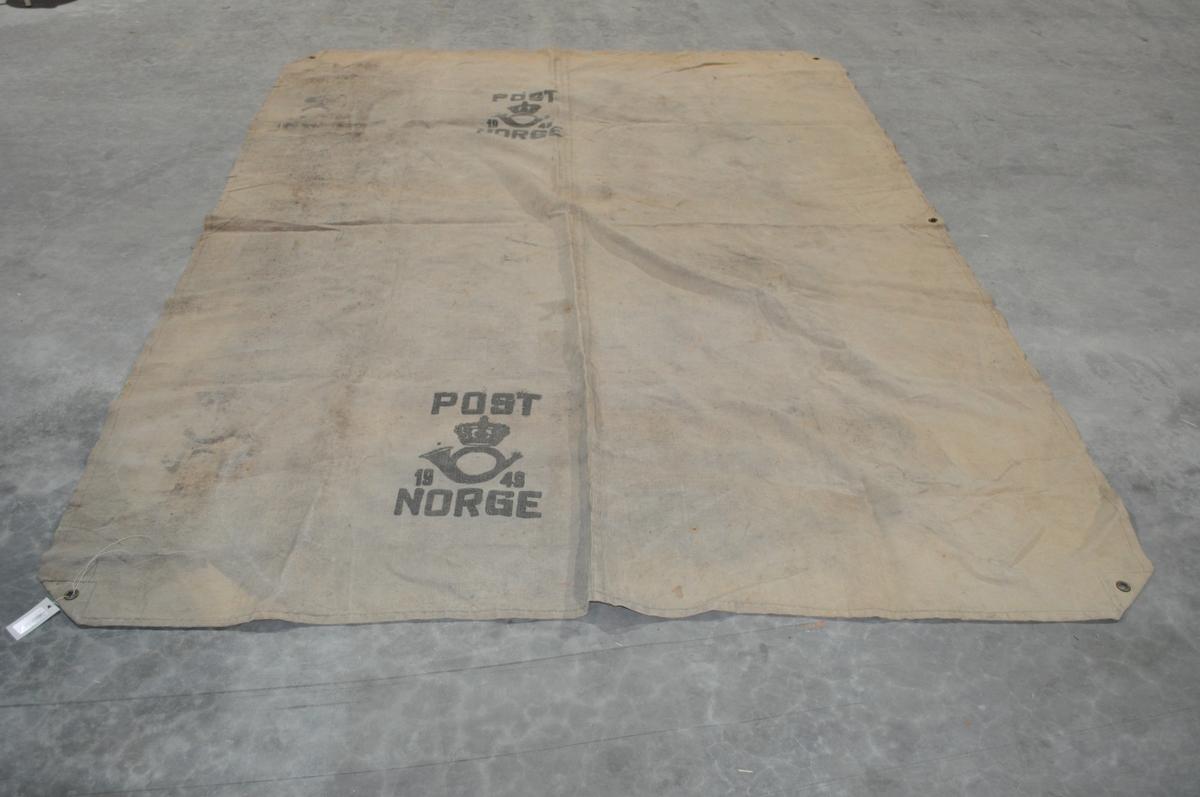 Lasteseil med maljer i hvert hjørne til bruk ved innlastning av postsekker m.v. i båters lasterom.