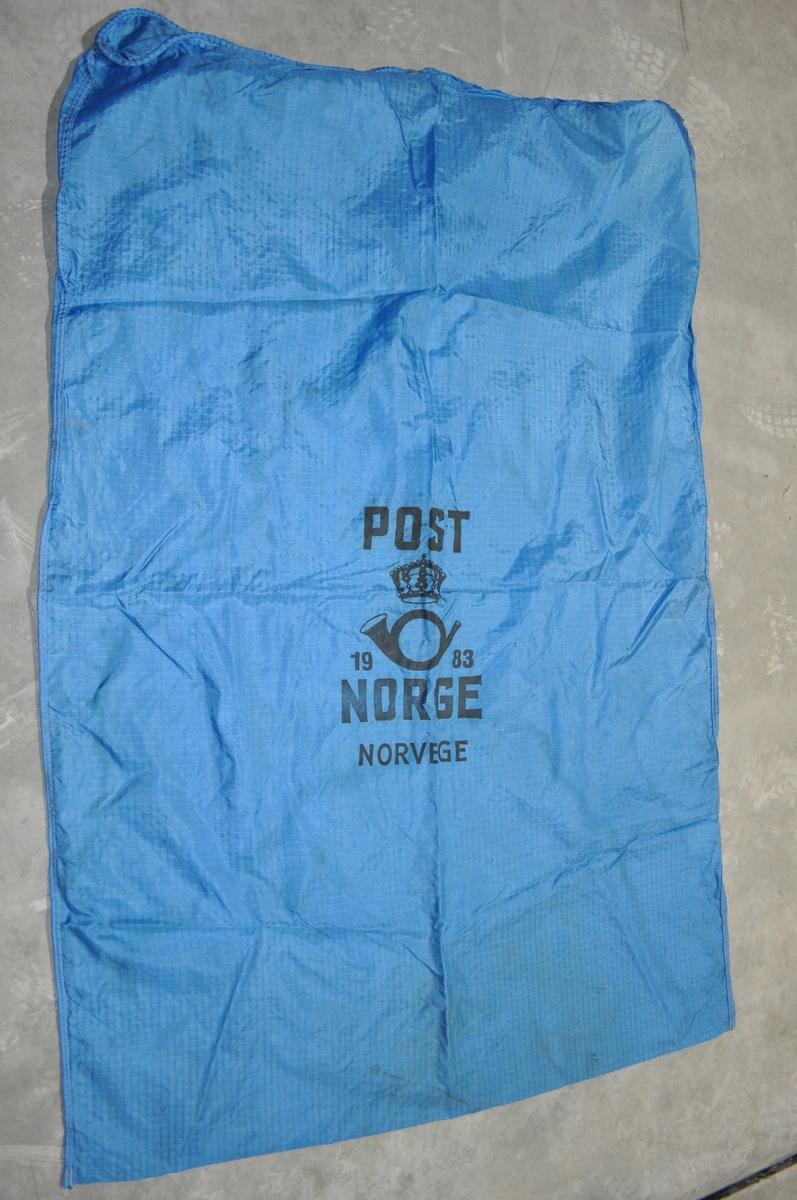 Blå postsekk for flytransport.