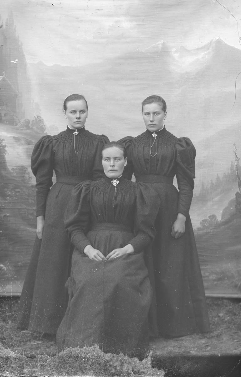 Gruppebilde, helfigur, tre søstre hvor Ingeborg Sæther sitter foran