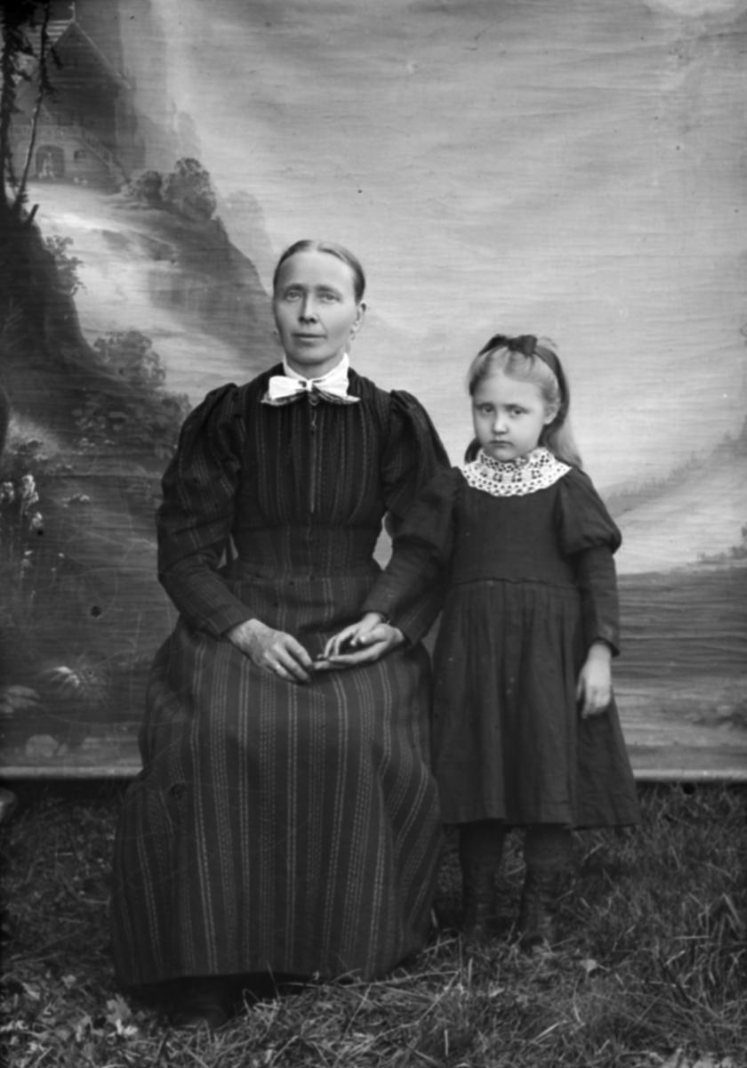 Portrett. Mor og datter. Mari Sveen