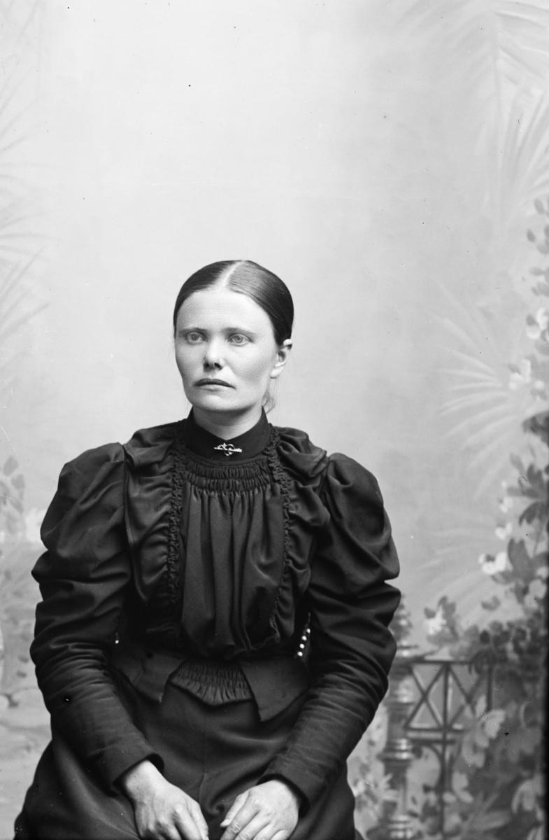 Portrett av Anna eller Anne Kjørumsløkken, Kvam, født 1860 i Nord-Fron