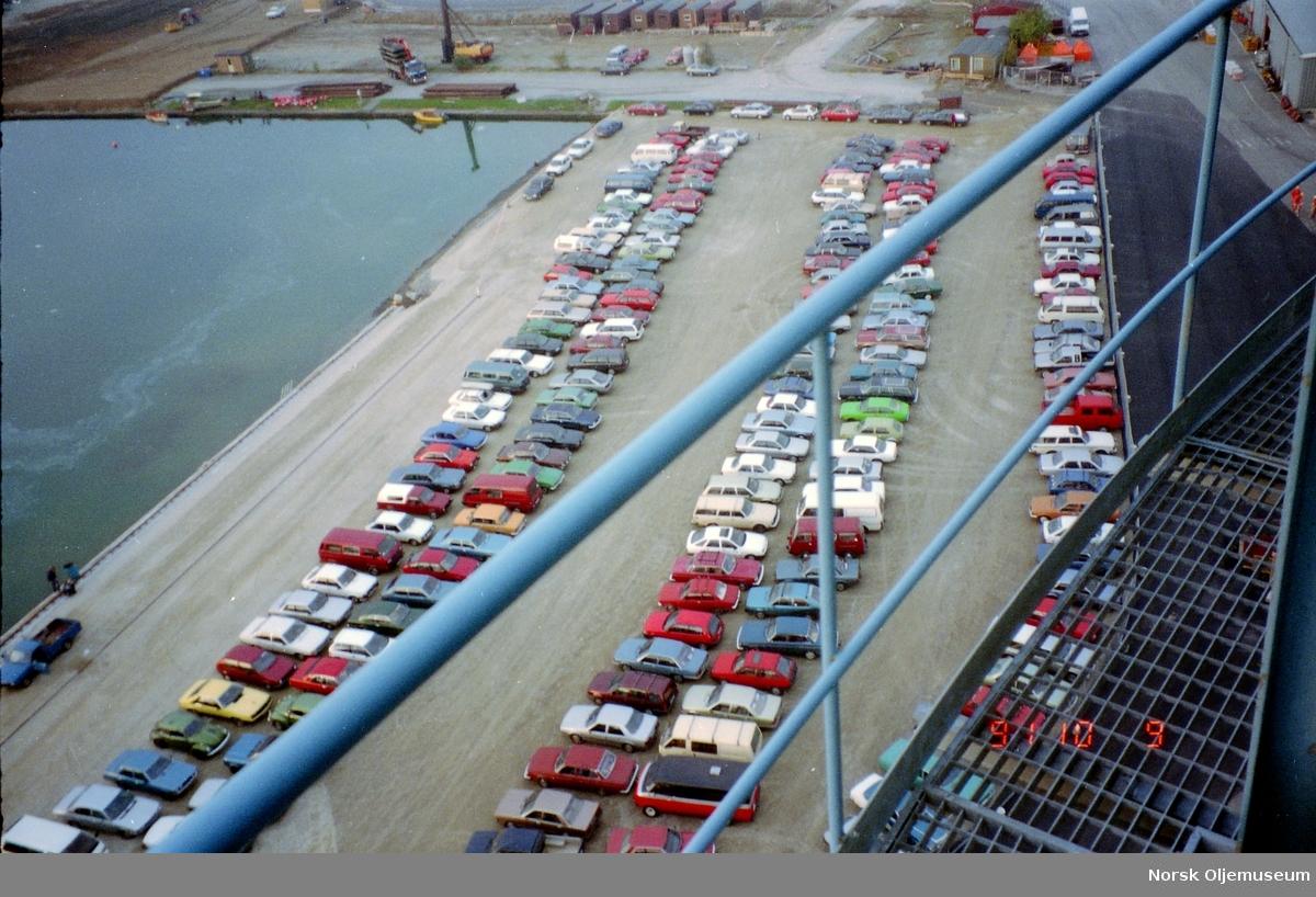 """Draugen bygges i Gandsfjorden i Stavanger, og parkeringsplass for ansatte som er med i byggeprosessen er her avbildet sett i fugleperspektiv fra """"det skjeve tårn i Jåttåvågen""""."""