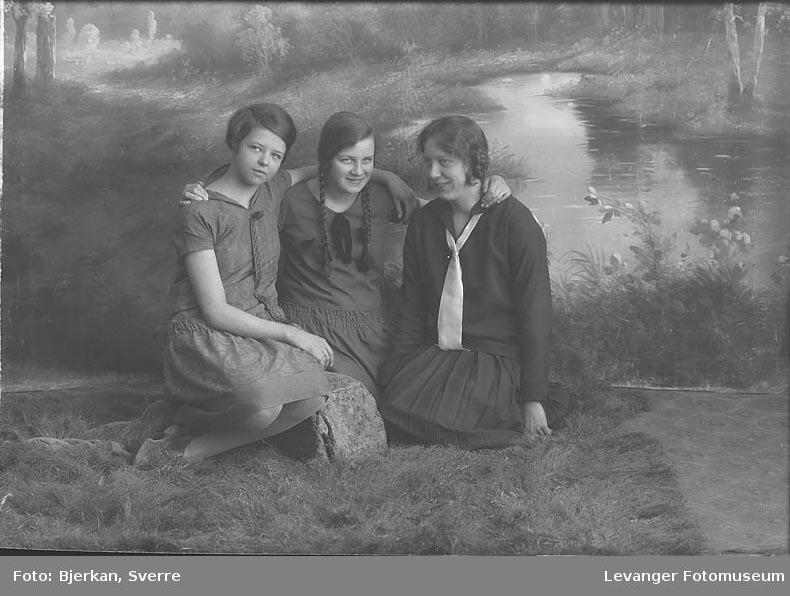 Gruppebilde av tre kvinner. En av dem heter Nanna Bruen