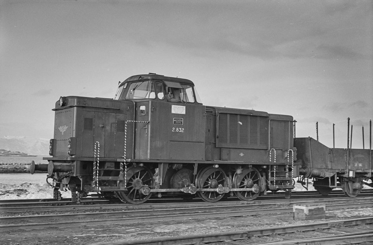 Diesellokomotiv type Di 2 nr. 832 i skiftetjeneste på Trondheim stasjon.