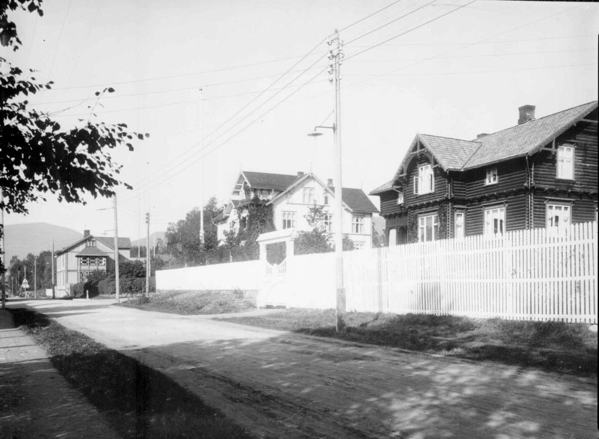 Repro: Bebyggelse i Anders Sandvigsgate (Øvre gate), Lillehammer. Amtmannsboligen til høyre, Aubert-villaen midt i bildet.