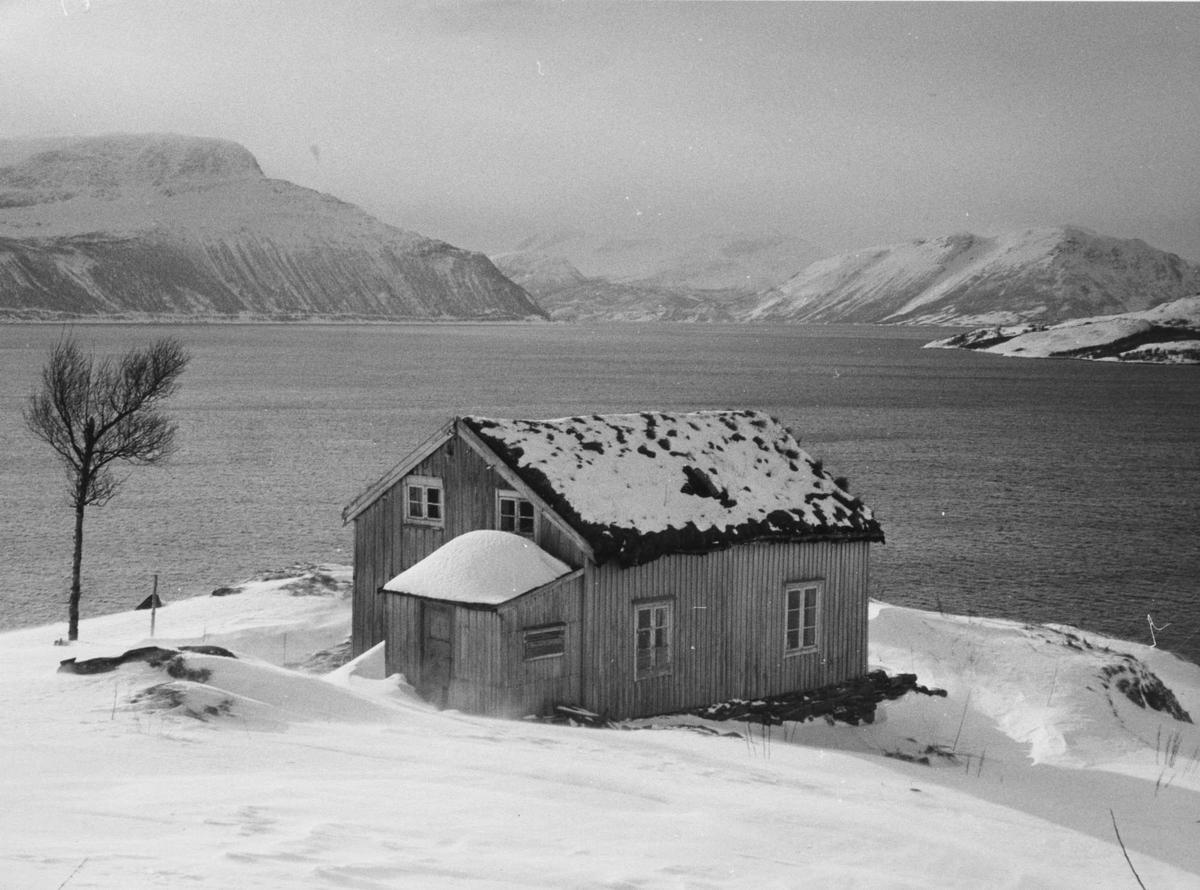 Gammelt hus på Segelstein på Andørja. Astafjorden i bakgrunnen.