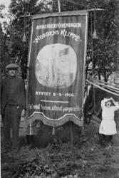 """Fanen til fagforeningen """"Nordens Klippe"""" fra Kirkenes, 1908."""