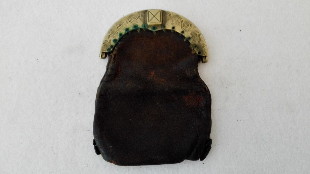 1 pung med messing pungelaas.  Pung med laas præsis som no. 6285. Pungens bredde i nedre og øvre ende samt længde henholdsvis 9,75 og 11 cm.  Kjøpt av gaardbruker Bjørn K. Gjedhus, Arnafjord.