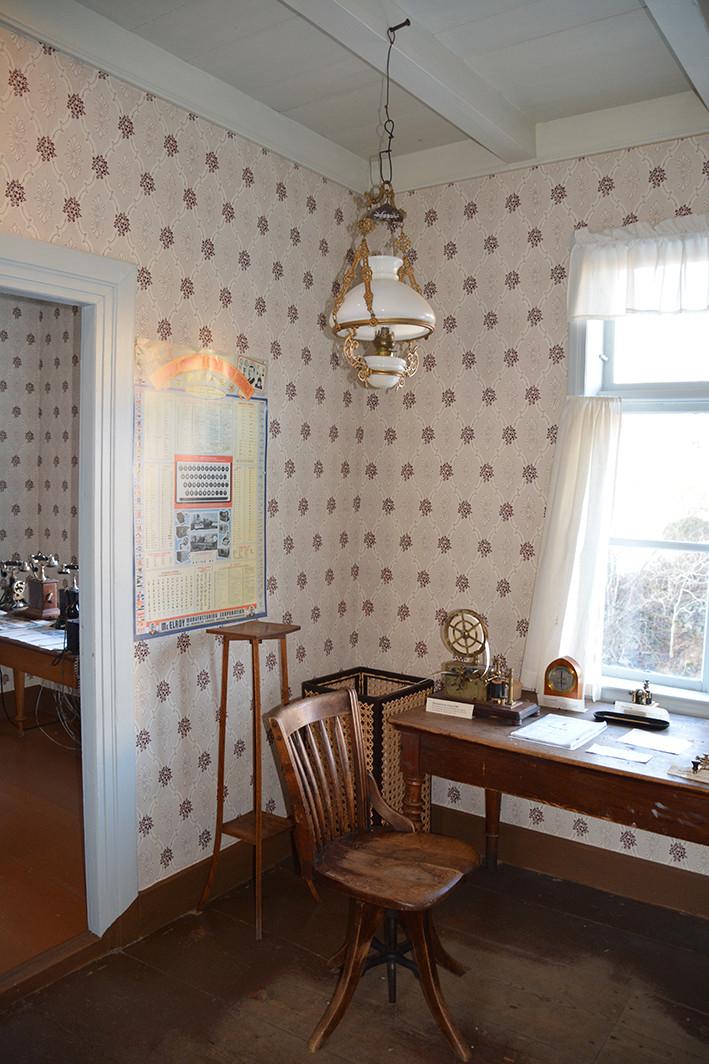 Kulleseid telegrafstasjon på Bømlo er den første bygningen Telenor (Den Norske Statstelegraf) fikk satt opp for egen regning. Bygningen er på 52 m2. Kulleseid var en såkalt fiske-telegrafstasjon i «Søndre Vårsilddistrikt» og ble tatt i bruk ved nyttårsskiftet 1857/58. Stasjonen var bare i drift under fiskesesongen, vårsildefisket.  Foto 8: Innendørs rikstaleboks i tre, ådret overflate (imitert eik) og glass med etset riksvåpen. Innvendig polstret, enkel skomakerlampe hengende fra taket. Telefonen var et veggapparat. Taleboksen tilhørte Telegrafvesenet, og var dermed knyttet til riksnettet. Taleboksen var bygget for at man skulle stå innendørs og ringe. Samtalen ble overført av en telefonistinne. Kulturminnet er fjernet fra Telenors verneplan som selvstendig objekt etter revidering i 2016. Kiosken er i stedet bevart som gjenstand knyttet til Kulleseid telegrafstasjon.
