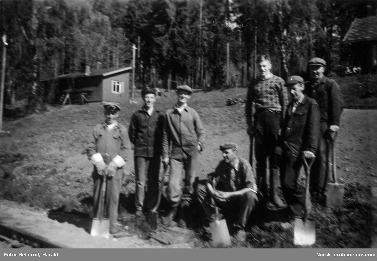 Banearbeidere ved Grønvold vokterbolig mellom Brøttum og Bergseng