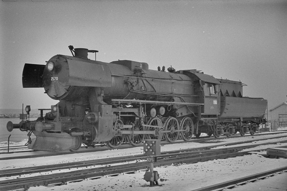 Damplokomotiv type 63a nr. 2570 på Trondheim stasjon.