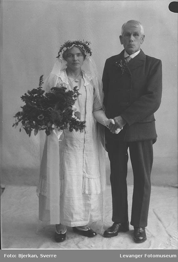 Portrett av et brudepar. Mannen heter Anton Sand