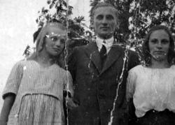 Fr.v: Solveig Knudsen f. 1906, d. 1924; Albert Jonsson f. 18