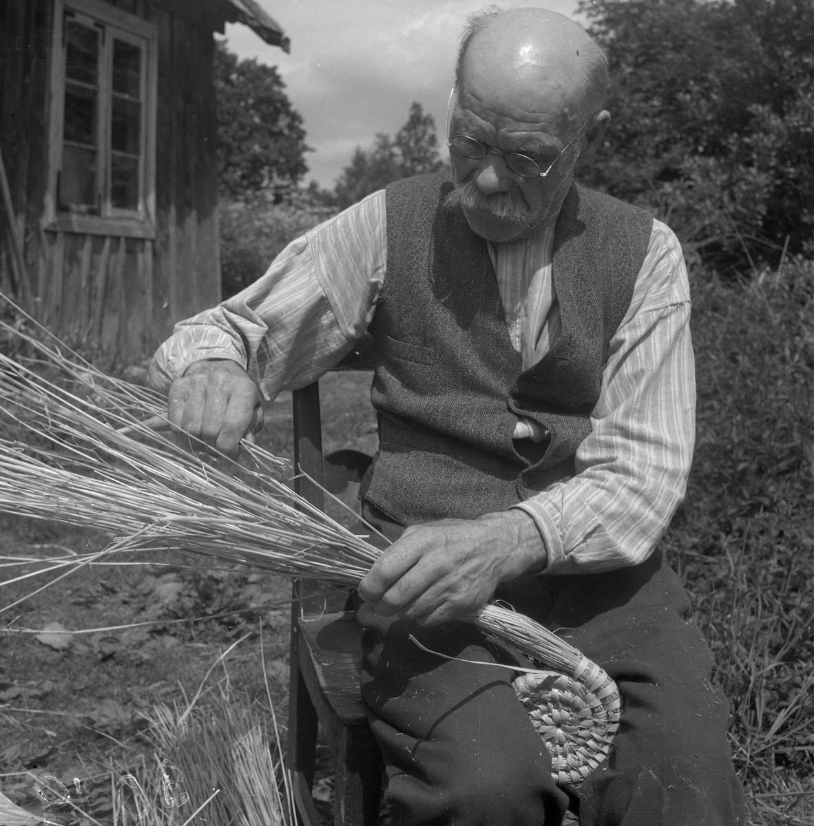 Löbslöjdare Martin Bengrsson visar upp början på ett löbarbete.