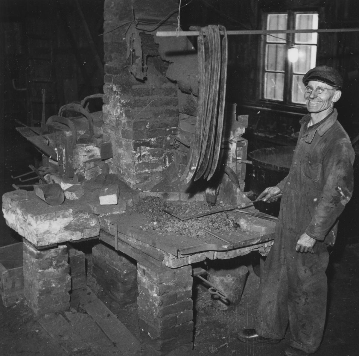 Axel Andreasson, Loshult, vid härden. Järnet ska krökas och stålet glödgas i ugnen.