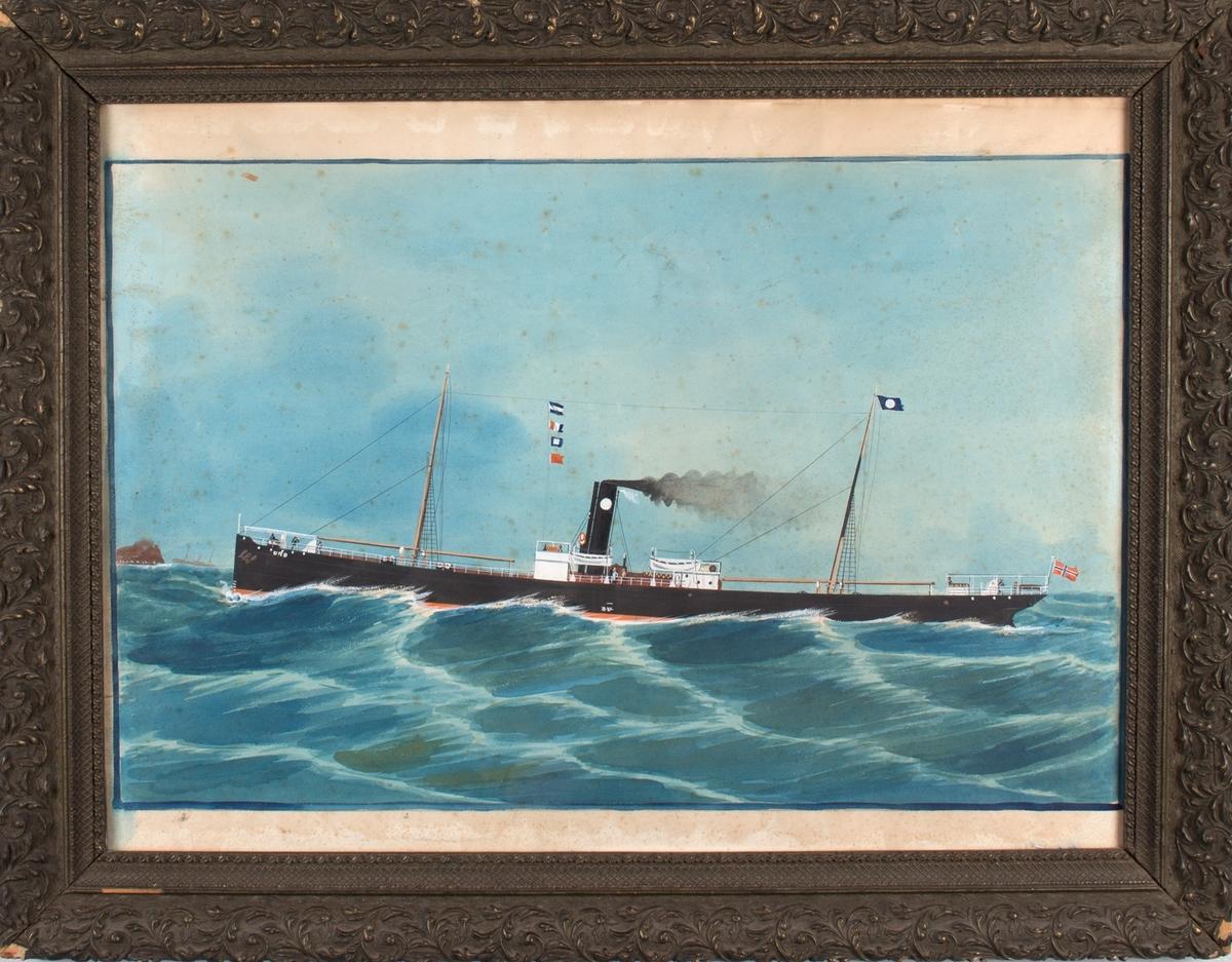 Skipsportrett av DS URD i åpen sjø. Fører signalflagg, rederivimpel for rederiet Jacob R. Olsen samt norsk flagg akter.