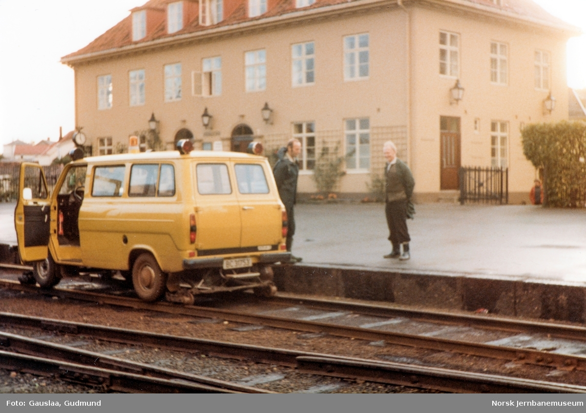 NSBs Ford Transit skinnebil BC31753 på Kragerø stasjon