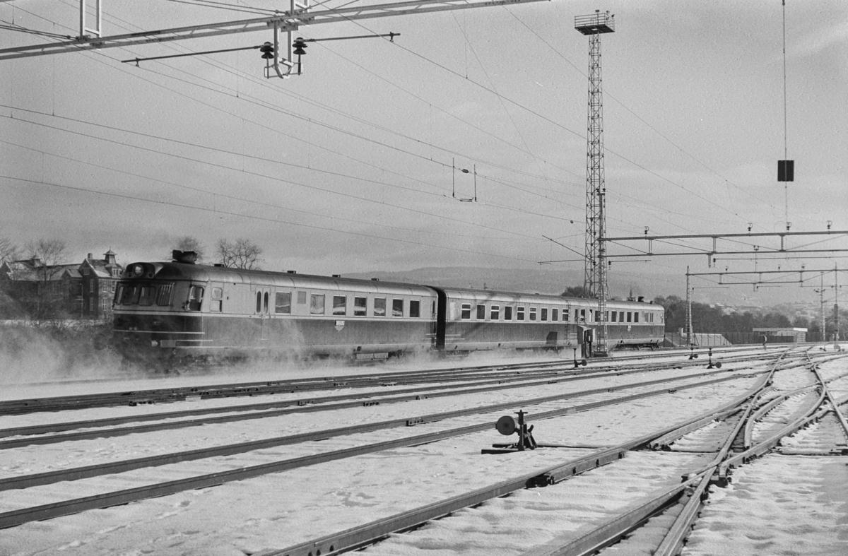 Dagtoget fra Trondheim til Oslo Ø over Røros. Toget består av dieselmotorvognsett type 88, fremst BFmdo 88.13, bakerst 88.10, passerer Marienborg. Dette var siste dag disse vognene ble benyttet i ordinær trafikk.