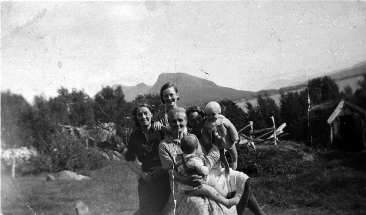 Gruppe ute. Hilda Nilsen, Lonkan I Tranøy,  med barn og barnebarn. Bildet tatt i1934.