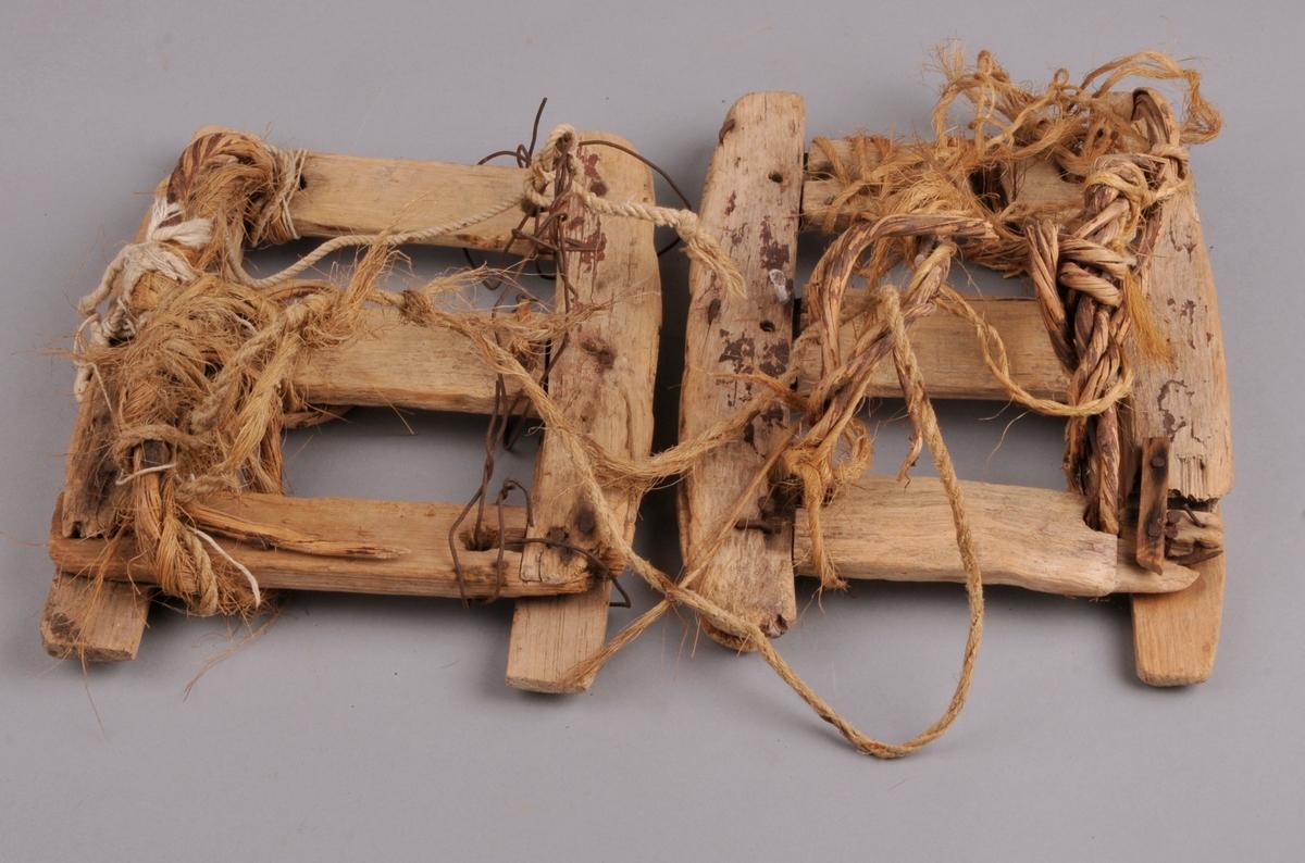 Heimelaga truger. Laga av tre, med to sidestykker og tre mindre tversgåande stykker som er felt inn i sidestykka. Det har vore tvinna vidjeband til å snørte trugane fast på beina til hesten. Desse er delevis erstatta med taug og ståltråd.Restar etter brunmåling.
