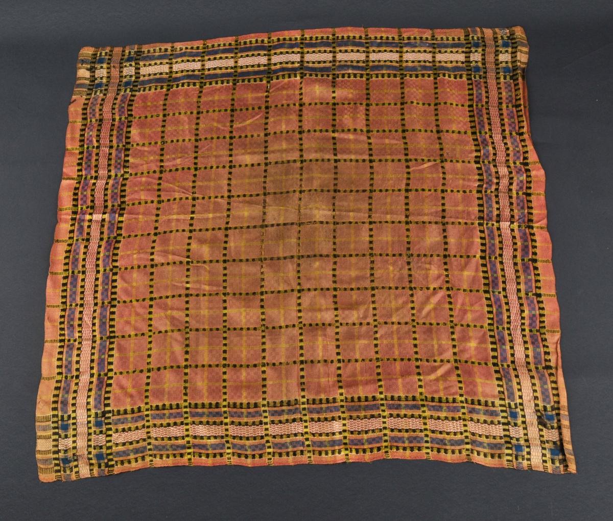 Rutete silkeplagg i fleire fargar. Lakserosa botnfarge. Handsydd fald på to sider, jarekant på dei to andre. Mest slitt på midten og i endene.