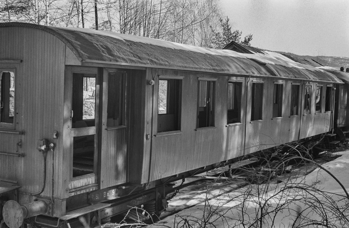 Rjukanbanens utrangerte personvogn Bo nr. 9 under opphugging på Hokksund.