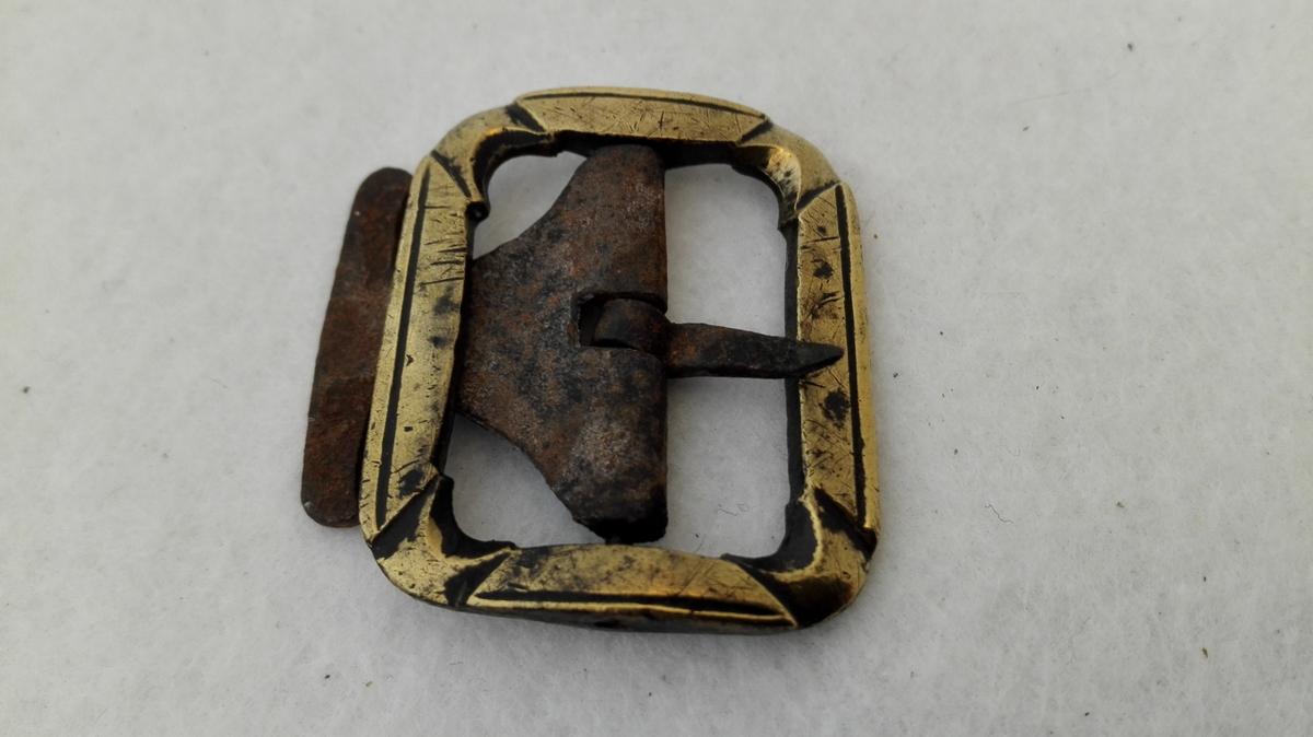 6 umake knæspender.  Seks umake knæspænder av messing av forskjellig störrelse. Alle av messing. De fem har tand av jern, en mangler tand.  Gave fra Anders Jensen Ylvisaker, Norum.