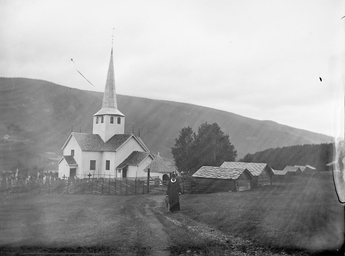 Øyer kirke med sognepresten, antakelig Andreas Mortensen