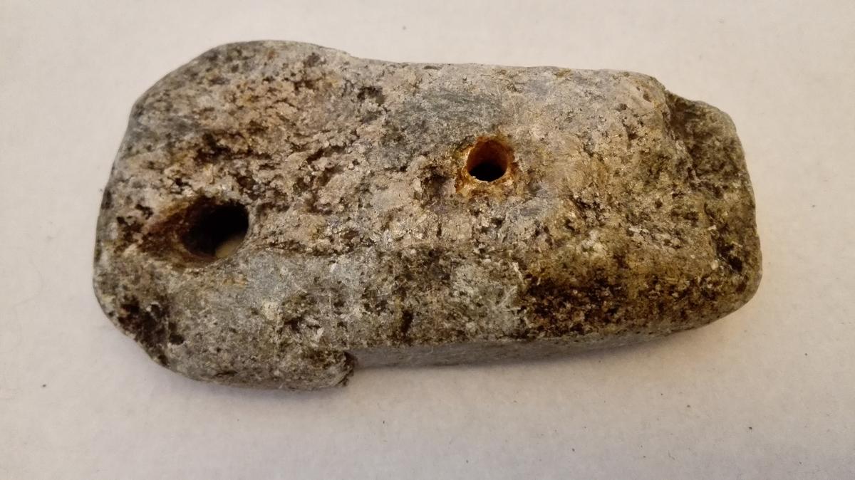 1 Kuleform  Kuleform i klæbersten, to halvdeler. Kulens diameter 1,6 cm, længde 2,7 cm. Gjennem formen går en jerntein, hvormed kulen blir hul indvendig.  Gave fra lensmann O. Ohnstads dödsbo, Aurland