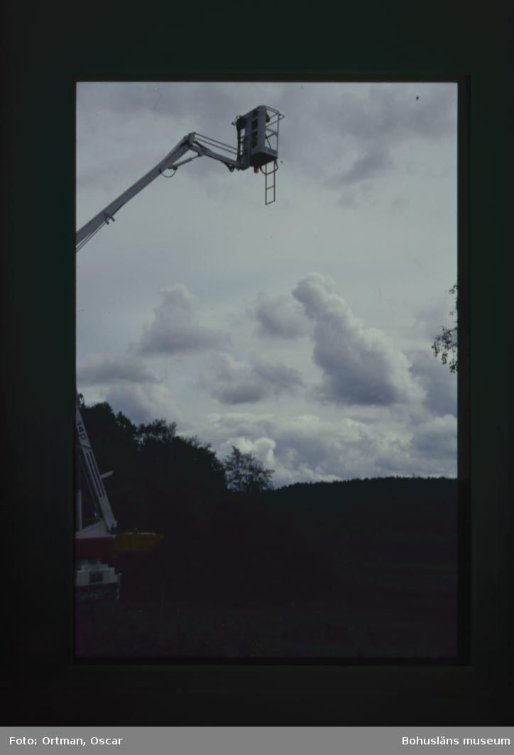 Norum 159. Börje Andersson fotar gravar från skylift