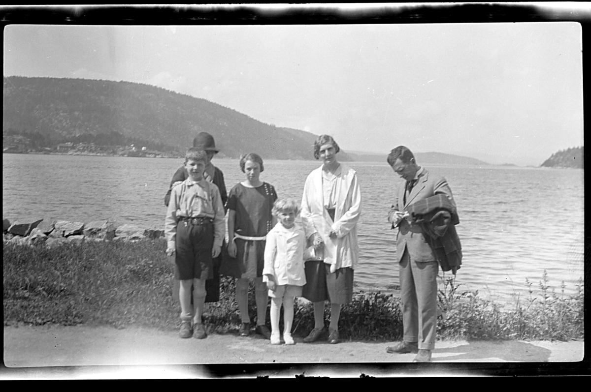 Caspar Ferslew, Alfhild Ferslew, Anna Ferslew, Rolf Sundt jr., Hilda Sundt og Bernt Ferslew stående ved en fjord. Fotografert 1926.