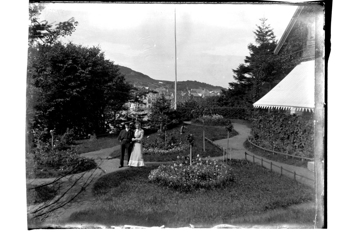 Trilling(?) med dame i hagen til konsul Sundt på Farøy. I bakgrunnen Farsund. Antagelig fotografert 1903-04.