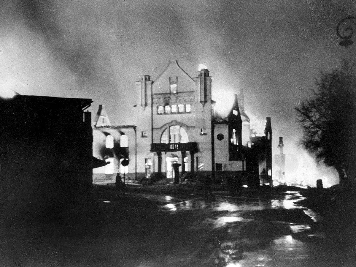 Elverum går opp i flammer. Elverum terrorbombes den 11. april 1940. FOTO: ERLING SYRINGEN/ GLOMDALSMUSEETS FOTOARKIV