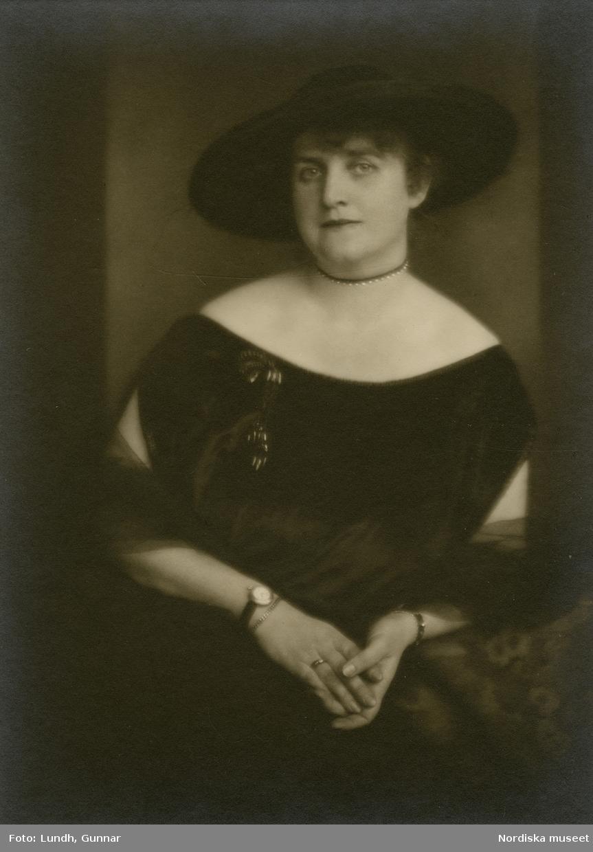 Porträtt av dam i mörk klänning och bredbrättad hatt. Varuhuset Wertheims porträttateljé, Berlin.