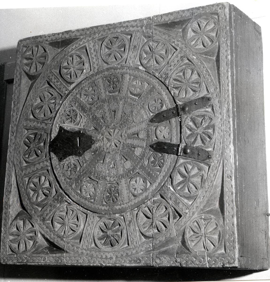 Hengeskåp i karveskurd med solhjul frå 1500-1600-talet frå Kvame i Vang i Valdres.